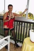 Photos de la lingerie de Libido40,  sur le balcon en guêpière rouge.