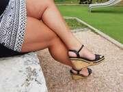 Photos des pieds de Ptitelola, en chaussure