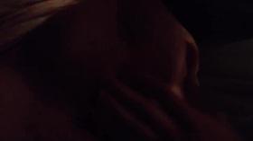 Videos des fesses de Milyne, Je le branle sur mon sein